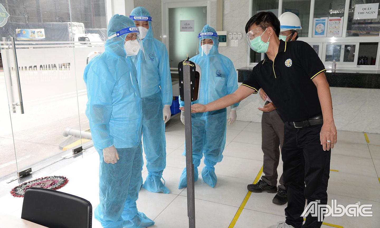 """Lãnh đạo UBND tỉnh kiểm tra tình hình thực hiện phương án """"3 tại chỗ""""  tại DN thuộc Khu công nghiệp Mỹ Tho."""