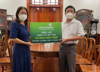 Bà Nguyễn Thị Tuyết - Giám đốc Vietcombank Tiền Giang trao tiền hỗ trợ phòng chống dịch Covid-19 tại TP Mỹ Tho.