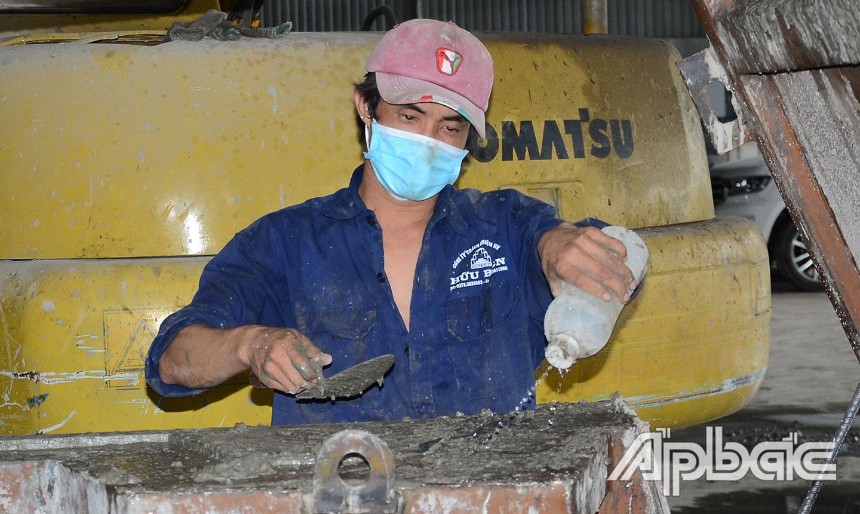 """Công ty TNHH Hữu Biên duy trì hoạt động theo phương án """"3 tại chỗ"""" để cung cấp các sản phẩm từ bê tông cho những công trình cấp thiết trên địa bàn tỉnh."""