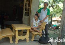 Cựu chiến binh Nguyễn Văn Hoàng (ấp Tân Thạnh, xã Thạnh Nhựt) và đứa con 26 tuổi là NNCĐDC.