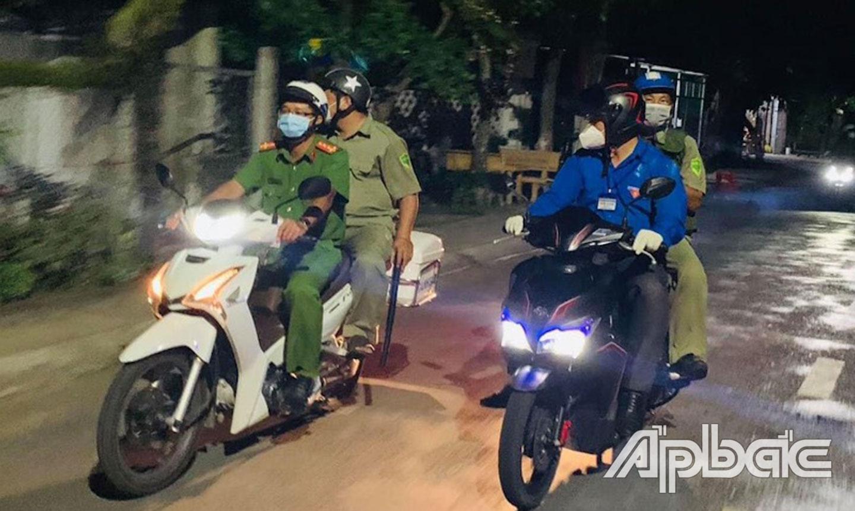 Công an huyện Gò Công Đông và các lực lượng tuần tra trong thời gian giãn cách xã hội.
