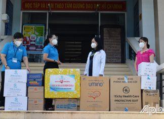 Đồng chí Nguyễn Thị Kim Phượng (thứ 2 bên trái) thăm, trao tặng các vật tư y tế thiết yếu cho Bệnh viện Đa khoa trung tâm tỉnh Tiền Giang.